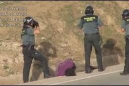 Captura del vídeo de Prodein en el que se va el apaleamiento al inmigrante