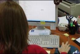 Trabajadora con ordenador.