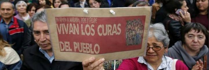 Manifestación a favor de los tres curas acusados en Chile