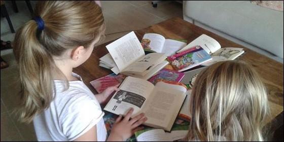 Dos niñas leyendo