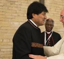 Evo Morales saluda a Francisco en el Encuentro de Movimientos Populares