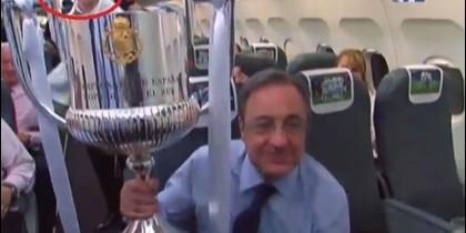 Florentino Pérez y detrás, en el avión del Real Madrid, uno que se parece mucho al 'Pequeño Nicolás'.