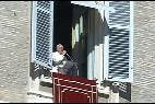 El Papa saluda desde la ventana