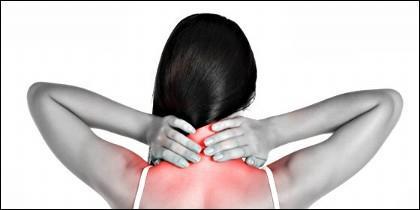 Dolor en las vértebras cervicales y en la espalda.