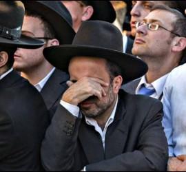 Rabinos judíos ante la sinagoga de Jerusalén donde se produjo el atentado.