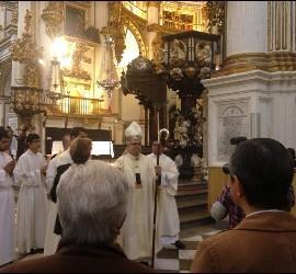 El arzobispo de Granada, al término de la misa