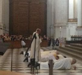 Monseñor Martínez, postrado ante el altar de la catedral de Granada