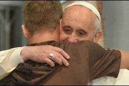 El abrazo del Papa a las víctimas