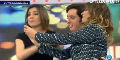 Mariló haciéndose un 'selfie' con Nicolás.