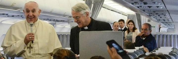 Francisco, durante el vuelo de ayer de regreso a Estrasburgo