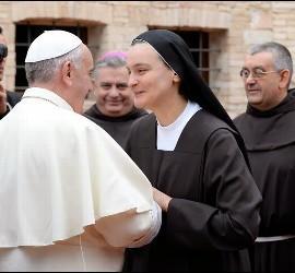 Papa y monja franciscana