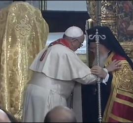 El Papa y Bartolomé se abrazan