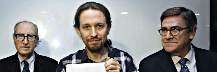 Pablo Iglesias, con el Programa de Podemos, entre los economistas Vicenç Navarro y Juan Torres.