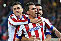 Mandzukic abrazado por sus compañeros del Atlédtico de Madrid.