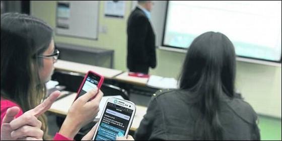 Alumnas con el teléfono en clase