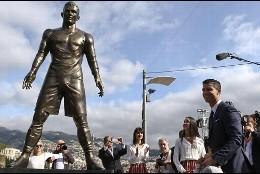 Cristiano Ronaldo en Funchal, con su estatua.