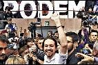Pablo Iglesias, rodeado por simpatizantes de Podemos tras su mitin en Barcelona.