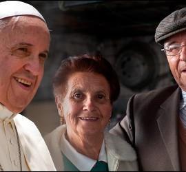 Papa y pareja de ancianos