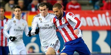 Mario Suárez y Bale luchando por un balón.