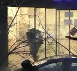 El terrorista siendo abatido en París