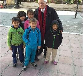 El padre Ángel, con niños refugiados