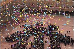 Suelta de globos en los Salesianos de Atocha
