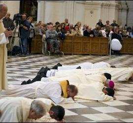 El arzobispo de Granada, postrado en el suelo de la catedral