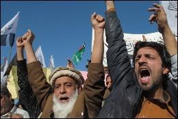 Manifestantes islámicos protestan contra Occidente.