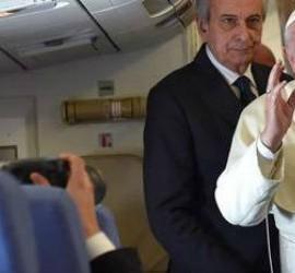 El Papa responde a los periodistas durante el vuelo