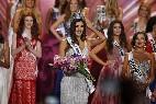 La colombiana Paulina Vega con las finalistas de Miss Universo