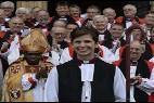 La nueva obispa, rodeada de los asistentes a la consgración