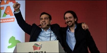Pablo Iglesias (d) apoyando al griego Tsipras.