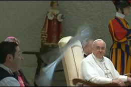 Papa sonríe al malabarista