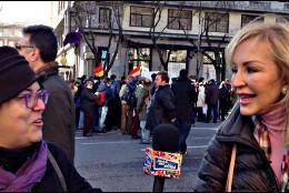 Carmen Lomana haciendo de periodista en la marcha de Podemos.