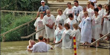 Turistas bautizándose en el Jordán