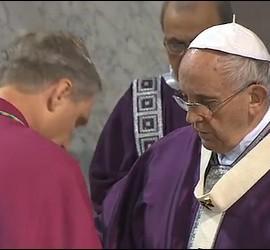 El Papa impone la ceniza a Ganswein