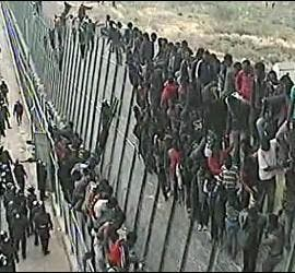 Subsaharianos en la valla de Melilla