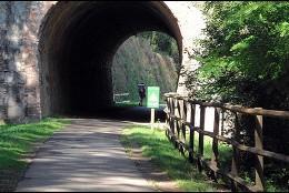 Las Vías Verdes aprovechan el trazado ferroviario, ofreciendo así caminos fáciles y accesibles.