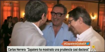 El periodista con Zapatero de espaldas en La Habana.
