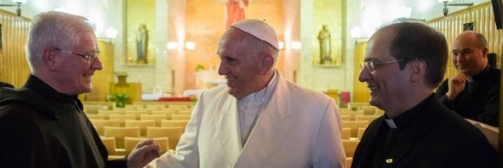 El Papa charla con Bruno Secondin (a la izquierda)