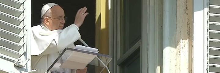 Francisco bendice a los fieles durante el angelus