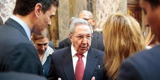 Pedro Sánchez junto al dictador cubano Raúl Castro