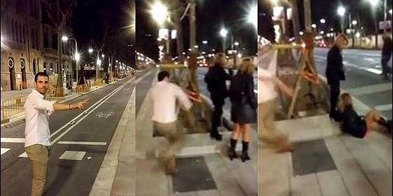 El facineroso da una patada sin motivo alguno a la chica que espera un taxi.