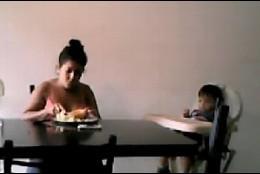 Webcam de la niñera maltratadora en Argentina.