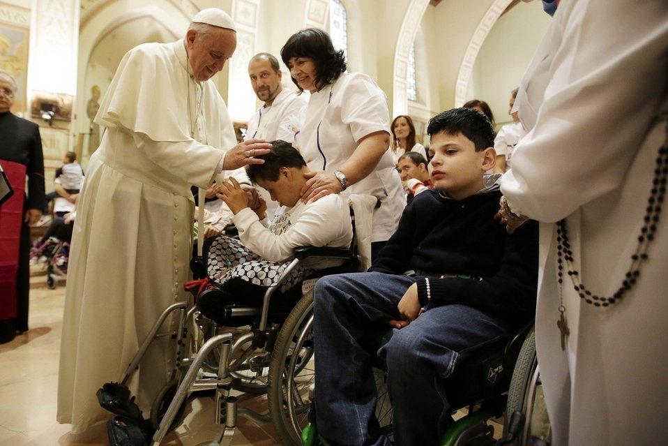 Resultado de imagen para El Papa Francisco junto a niños enfermos