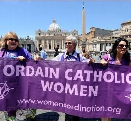 Protesta por la ordenación de mujeres, en el Vaticano