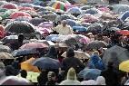 El Papa, entre la lluvia