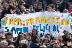 Francisco, felicitado por los fieles