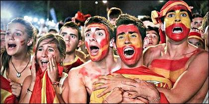Hinchas de fútbol animando a España.