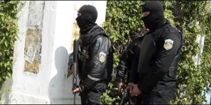 Policías tunecinos armados ante la zona del Museo del Bardo.